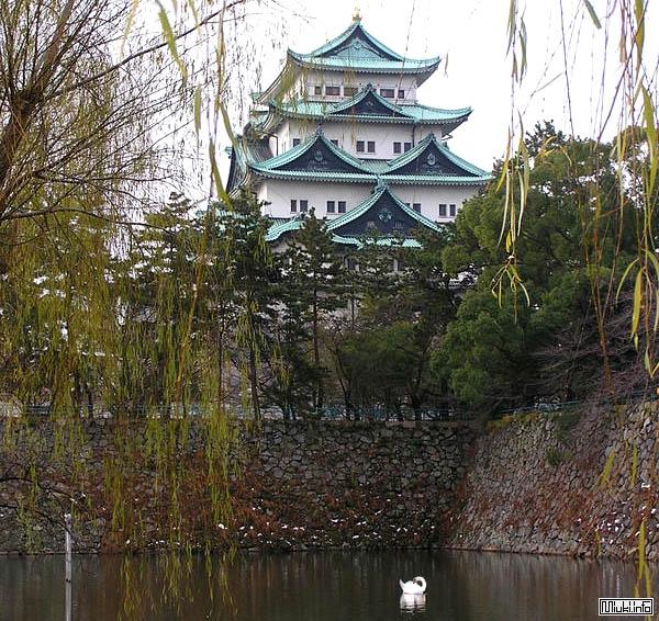 Большой замок, окруженный рвом Nagoya-jo / Фото из Японии